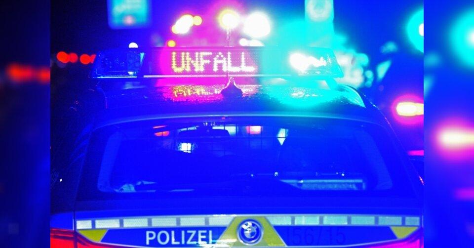 20-Jähriger gerät mit Auto unter Lkw: Tot