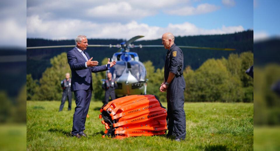 Polizei Baden-Württemberg erhält neue Außenlöschbehälter für Brandbekämpfung aus der Luft