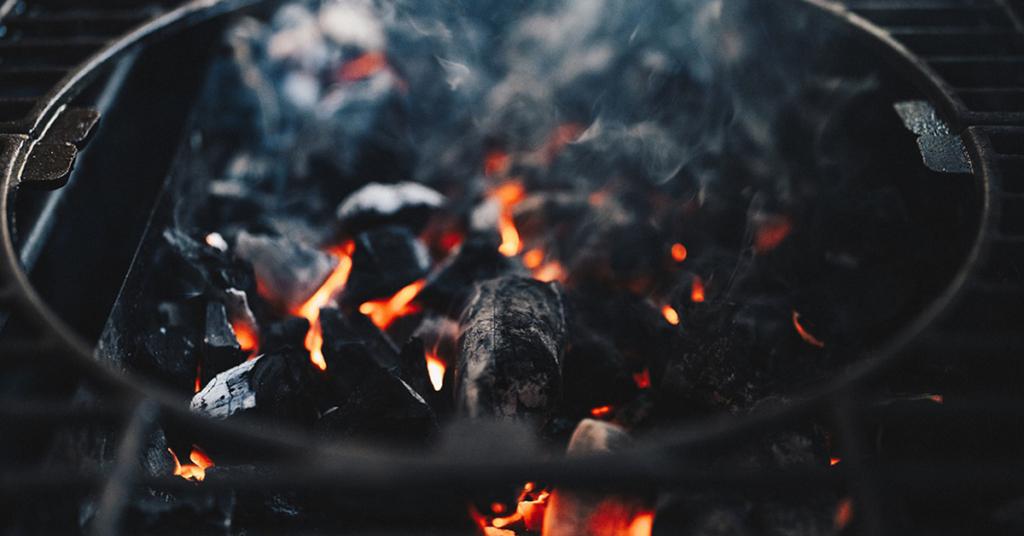 Holzkohle braucht nur gut 20 bis 25 Minuten, bis sie heiß ist. Ist sie mit weißer Ascheschicht überzogen, zeigt die Kohle damit den passenden Moment an um Fleisch, Wurst oder Gemüse zu grillen.