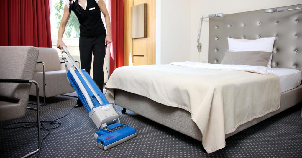 Auszubildende zur Hotelfachfrau arbeitet in einem Hotel, Zimmerservice.