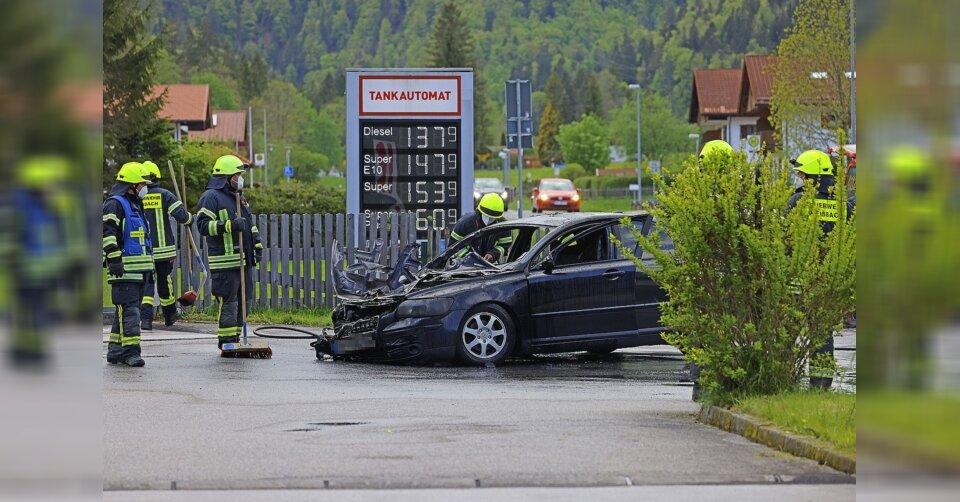 Auto an Tankstelle in Flammen