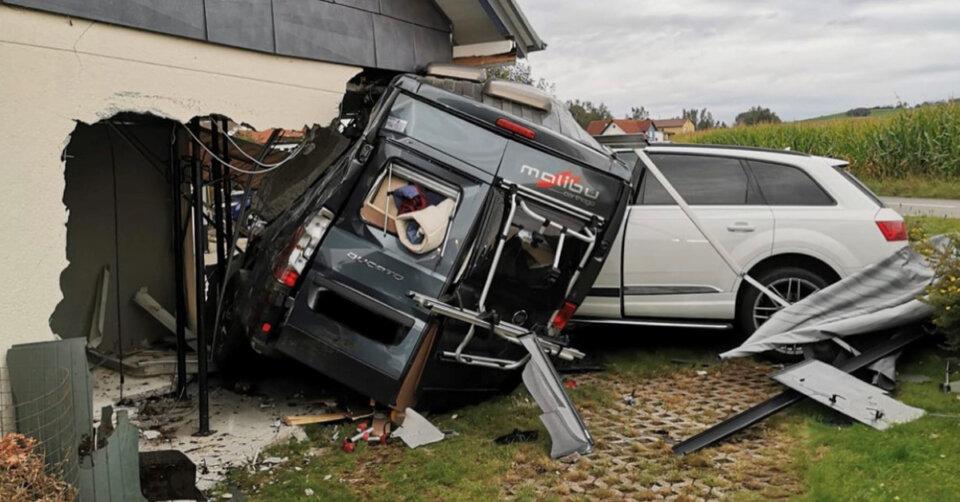 300.000 Euro Schaden: Auto kommt von Straße ab und schiebt Wohnmobil in Garage