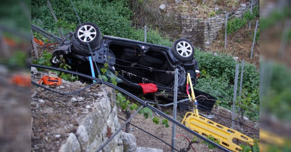 Auto stürzt 70 Meter hohen Weinberg hinab: Fahrer stirbt