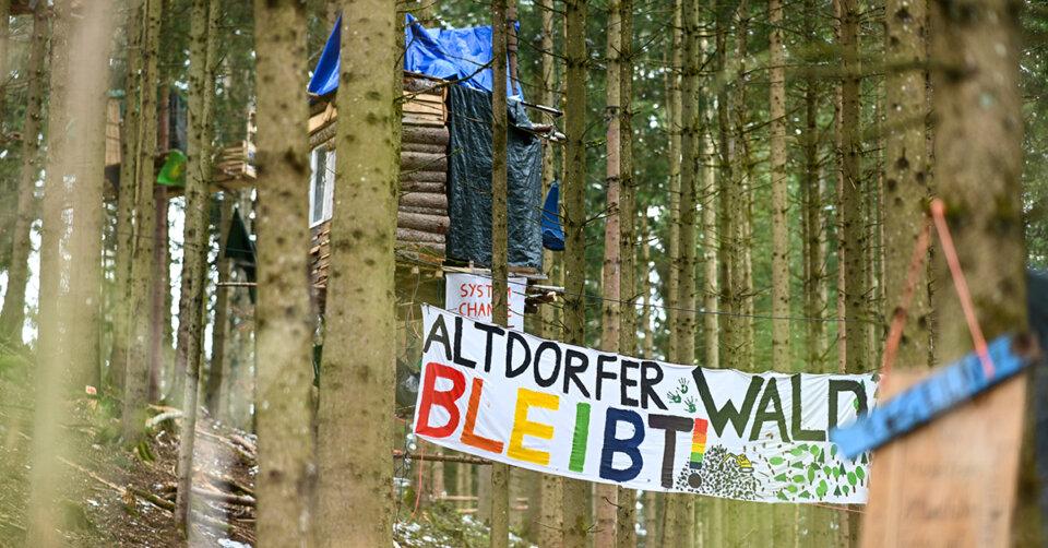 Baumhauscamp: Holzklotz von Transparent fällt auf Straße