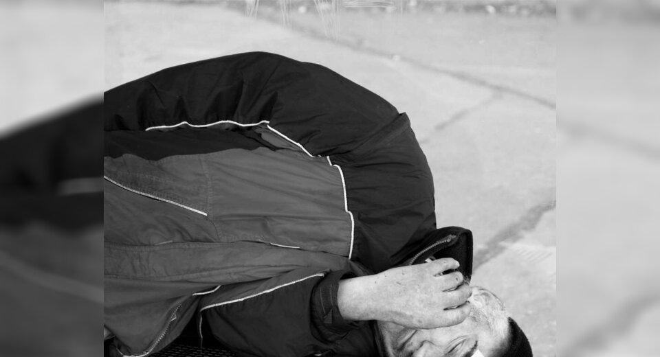 Betrunkener Mann schläft auf Hubschrauberlandeplatz