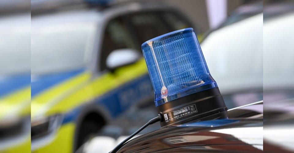 Betrunkene flieht vor Kontrolle und greift Polizisten an