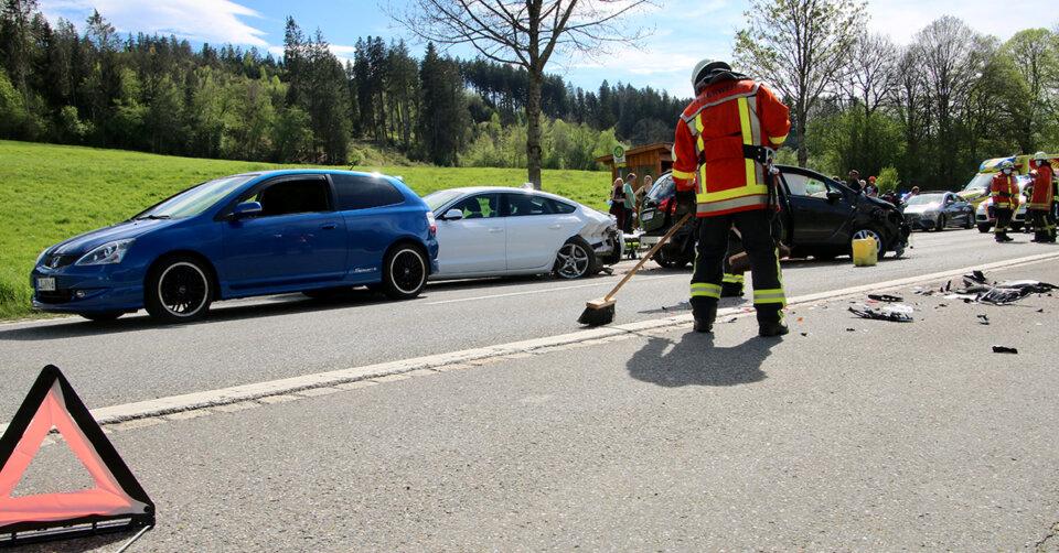 UPDATE: 12 Verletzte – Schwerer Verkehrsunfall auf der B12 zwischen Kempten und Lindau