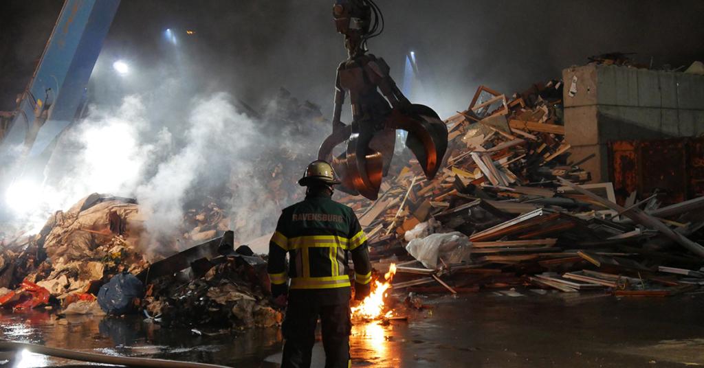 Die Bagger der Firma Bausch haben der Feuerwehr bei der Beseitigung der Glutnester geholfen.