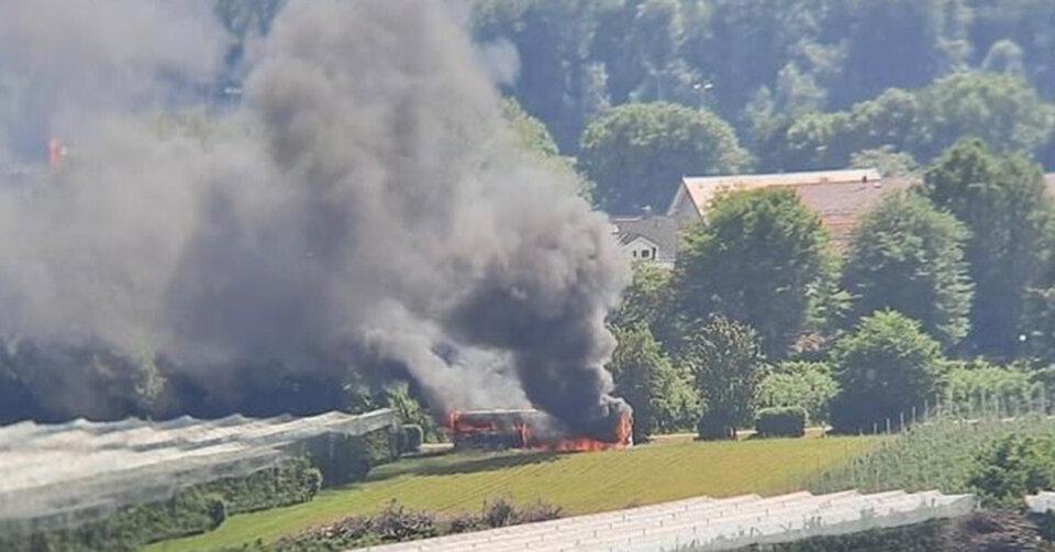 Bus brennt bei Kressbronn voll aus