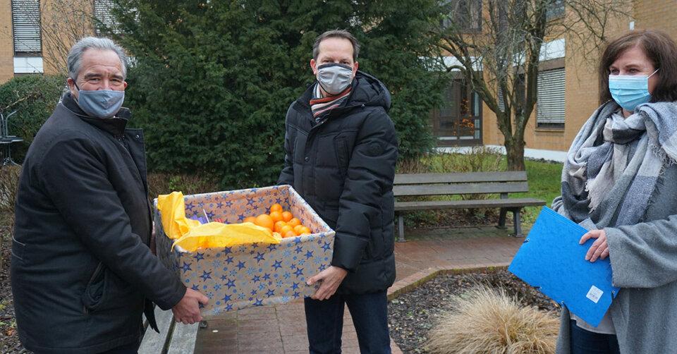 Dörflinger und Rief danken dem Covid-Team der Sana-Klinik in Biberach mit Weihnachtspräsent
