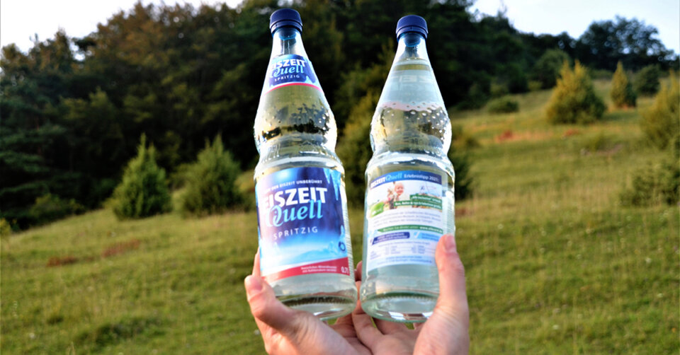 AlbCard kooperiert mit EiszeitQuell: Erlebnistipp auf Glasflaschen der Romina Mineralbrunnen GmbH