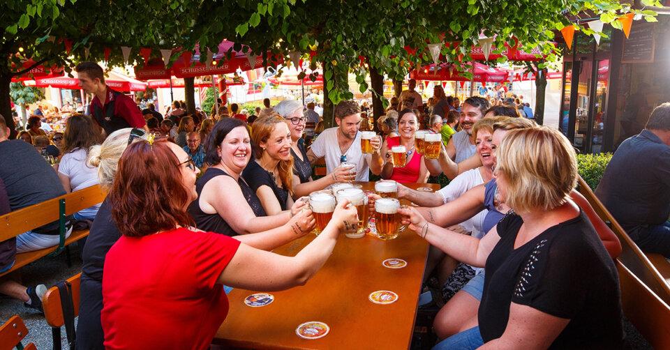 Große E-Bike Ladestation im Biergarten der SCHUSSENRIEDER Brauerei Ott