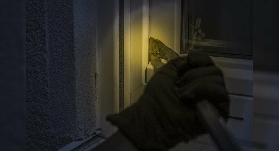 Unbekannter verschafft sich Zugang in Wohnung