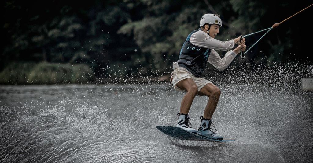 Ein Wakeboard ist ein Wassersportgerät in Form eines Brettes, mit welchem der Sportler gezogen durch ein Boot oder einen Lift auf dem Wasser gleiten kann.