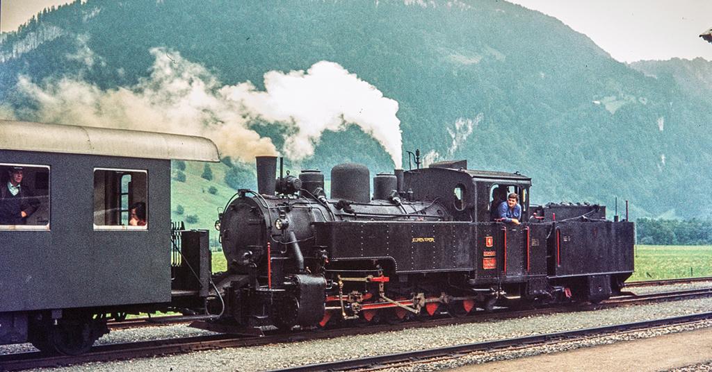 """Ein besonderes Erlebnis für die Fahrgäste ist es, wenn der Zug auf der """"Museumsstrecke"""" zwischen Bezau und Schwarzenberg von einer Dampflok gezogen wird"""