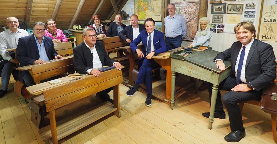 Der Fachausschuss durfte im Leupolzer Dorfstadel die Schulbank wie annodazumal drücken