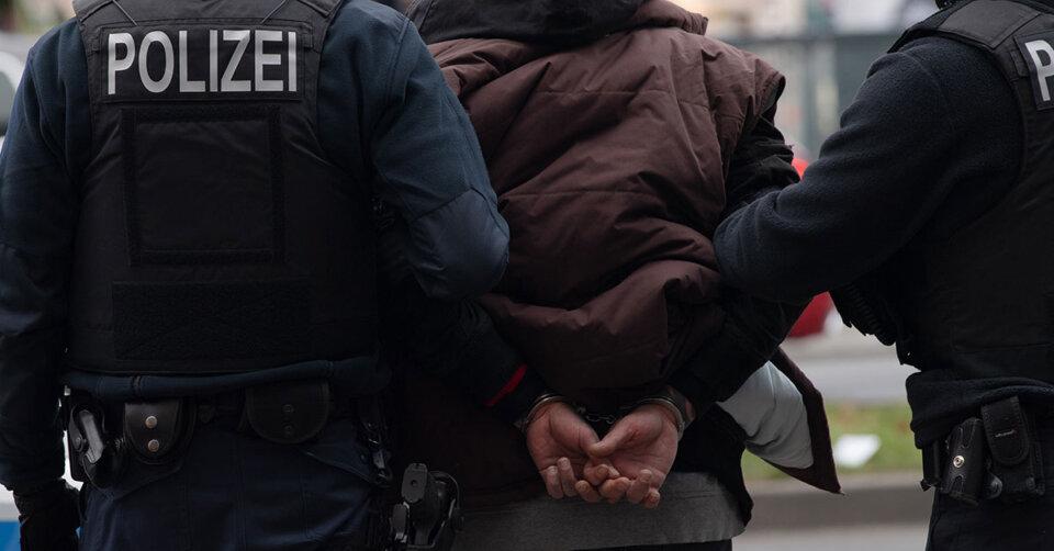 Tatverdächtige nach bewaffnetem Überfall auf Lebensmitteldiscounter festgenommen