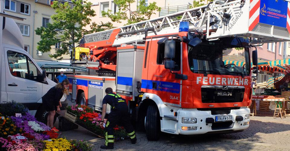 Feuerwehrübung: Millimeterarbeit auf dem Wochenmarkt