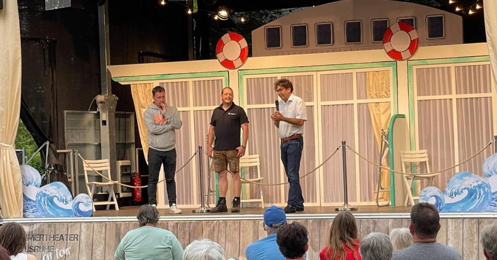 Heimspiel auf der Bühne in Aulendorf v.li.: Bernd Gnann, Florian Angele und Bürgermeister Matthias Burth.