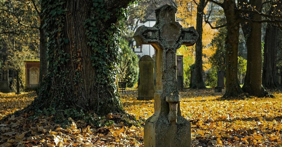 Mann randaliert auf Friedhof und macht sich an Dekoration zu schaffen