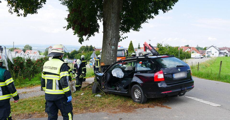 Unfall bei Ravensburg: Auto prallt frontal gegen Baum