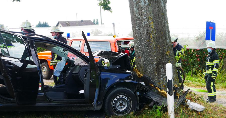 Warum das Fahrzeug von der Fahrbahn abkam und in den Baum prallte, ist derzeit noch unklar.