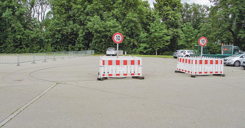 Die zwei Elemente verengen die Einfahrt zum Teerplatz und sollen lauten Verkehrsmanövern vorbeugen.