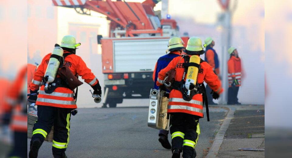Großeinsatz in Bad Schussenried: Feuer in Dachgeschosswohnung ausgebrochen