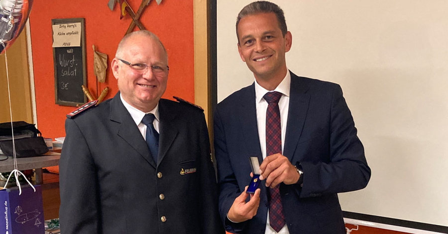 Ortsvorsteher Georg Schellinger (rechts) überreicht Werner Späth die Ailinger Ehrennadel in Gold.