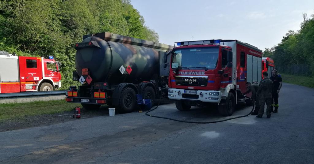 Getankt werden musste über einen Tanklaster der Bundeswehr. Die Infrastruktur in den betroffenen Hochwasserregionen ist teilweise fast gänzlich zerstört.