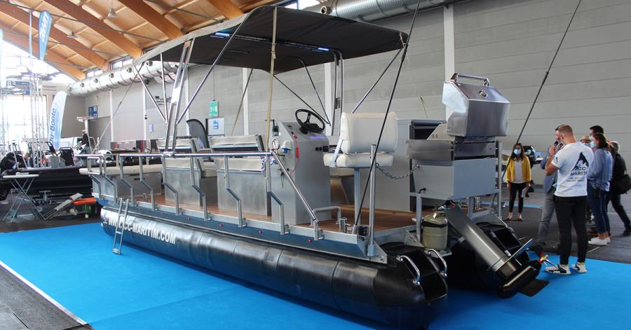 Auf dem Maritim Eventfloß können knapp 20 Personen auf dem Wasser feiern: Grill und Toilette sind mit an Bord.
