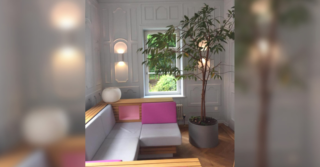 Das moderne und farbenfrohe Design lehnt sich wiederum an Lindauer Besonderheiten an. Die Oberflächen erinnern an Obstkisten, das spiegelt den traditionellen Obstanbau in der Region wider.