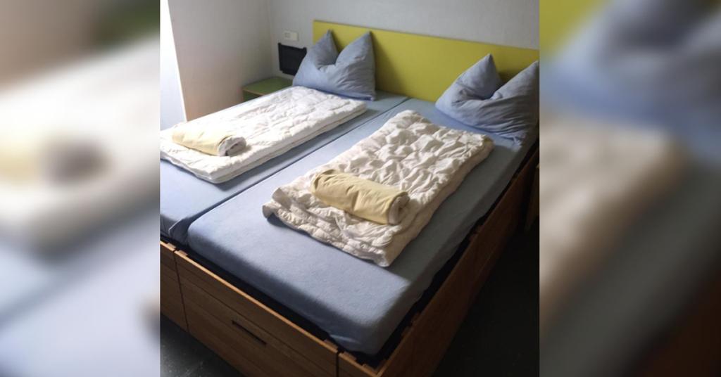 Auch Doppelzimmer gibt es in der Lindauer Jugendzimmer, wahlweise auch mit Kinderbetten in einem weiteren Raum.
