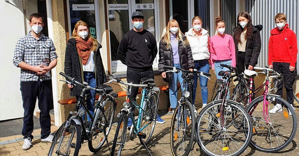 Junge Frauen mit Fluchthintergrund lernen Fahrradfahren
