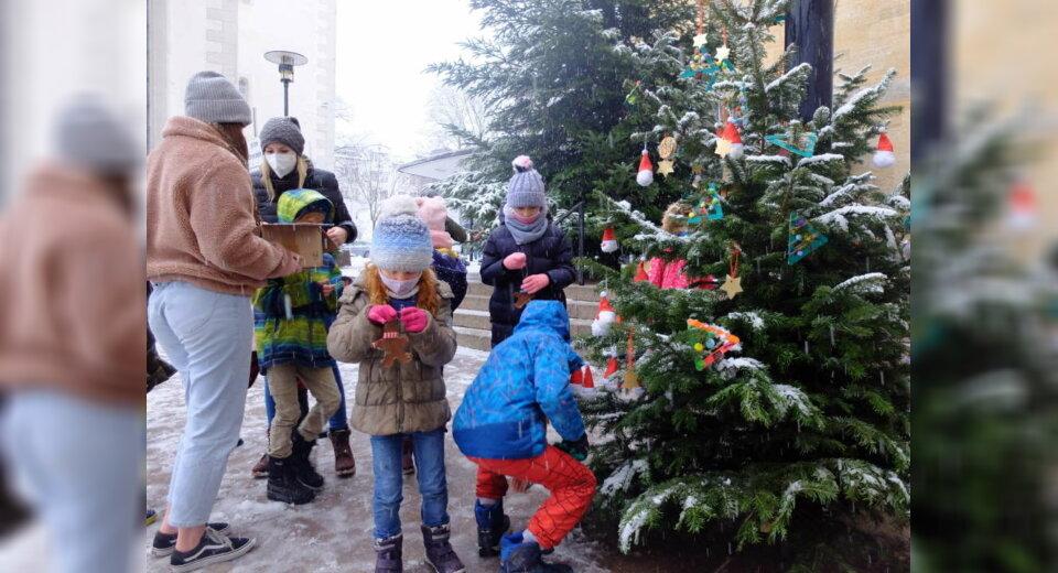 Kinder schmücken Weihnachtsbäume