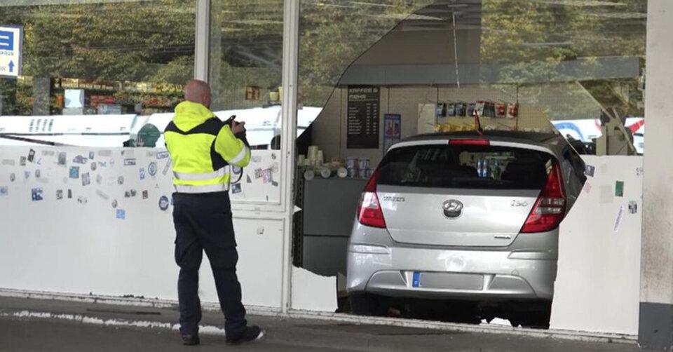 Kleiner Junge steuert Vaters Auto mitten in Tankstellen-Shop