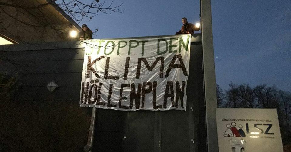 Klimaaktivisten hissen Banner im Amtzell