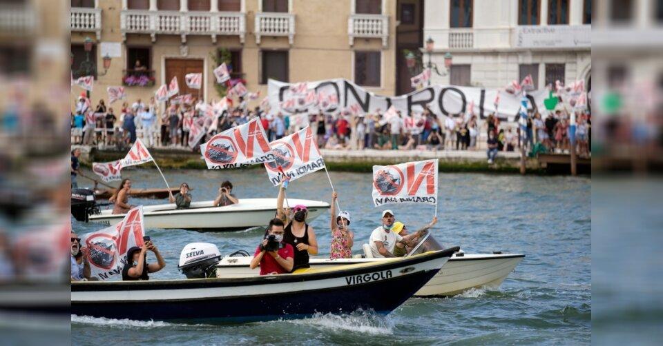 Kreuzfahrtschiff legt unter Protesten in Venedig ab