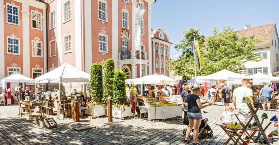 Kunsthandwerkermarkt vor traumhaftem Ambiente