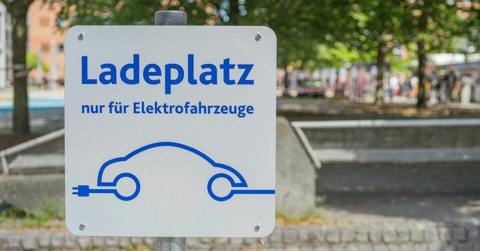 Ladestationen für E-Fahrzeuge werden gewartet