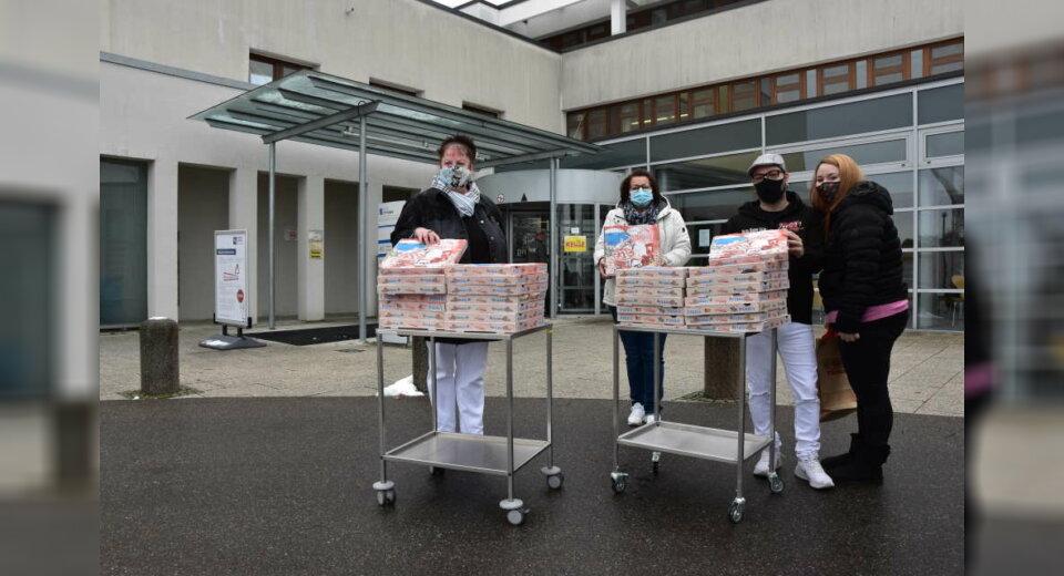 Ehepaar Tamburello spendiert Mitarbeitenden der Klinik Tettnang handgemachte Pizzen