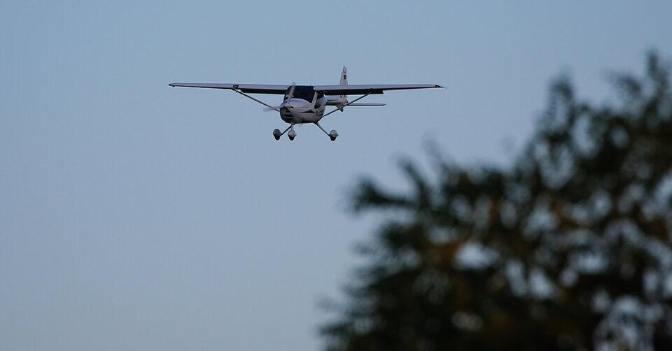 Leichtflugzeug stürzt nach Start ab: Insassen unverletzt