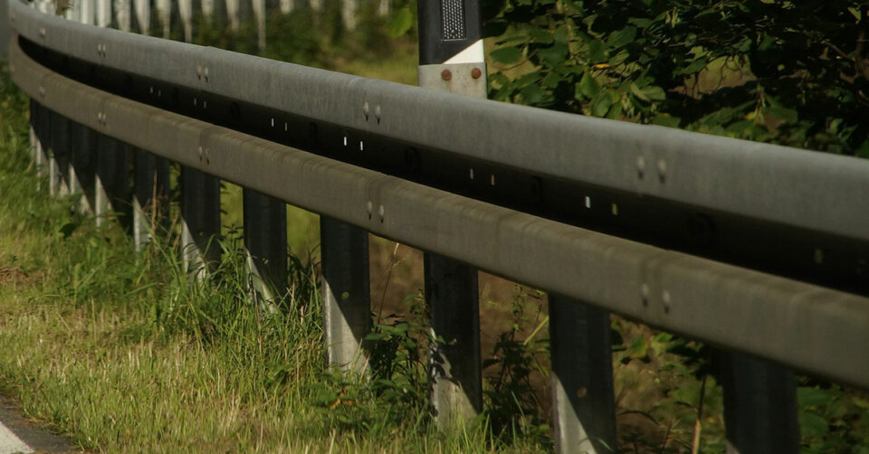 Zu viel Promille: Sprinterfahrer prallt gegen Leitplanke / Fahrzeug kippt um