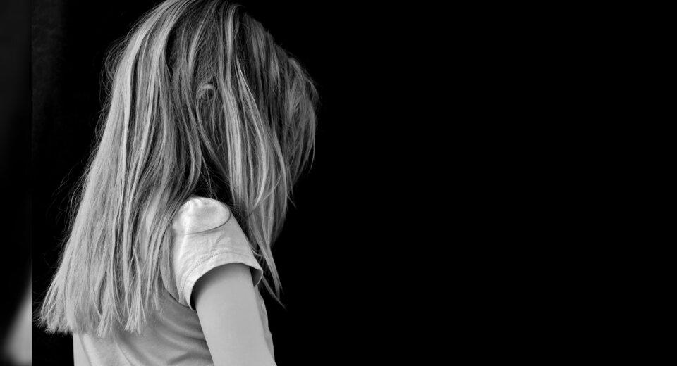 Zwei Jungs treten junges Mädchen und flüchten – Polizei sucht dringend Zeugen