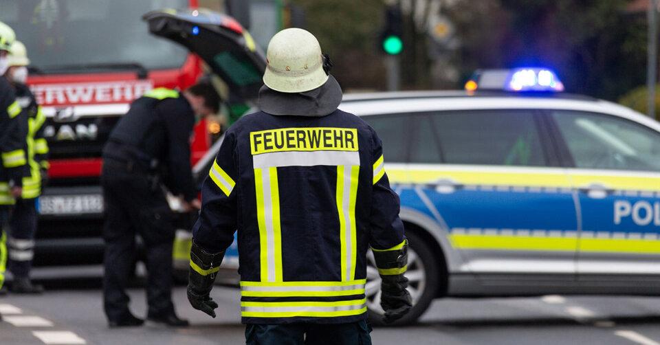 Auto kollidiert frontal mit zwei Bäumen – Fahrer stirbt
