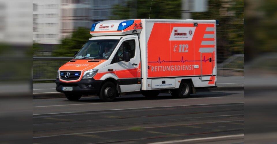 Mann wird von Parkdeck gestoßen: Schwer verletzt