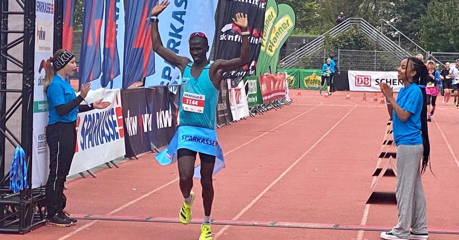 Marathon-Gewinner Isaac Kosgei beim Zieleinlauf im Bregenzer Stadion