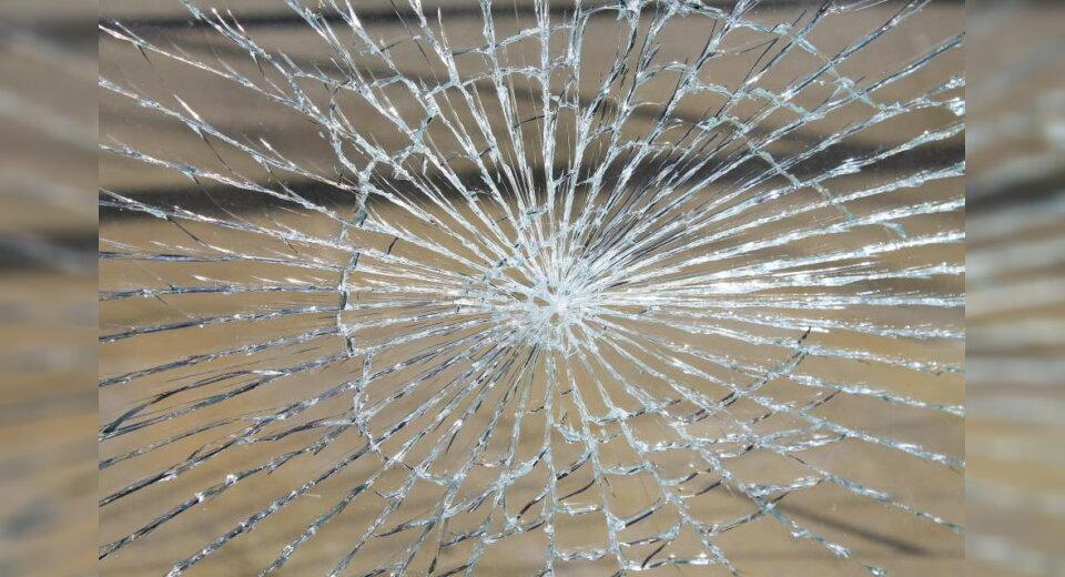 Glastür an Schule beschädigt