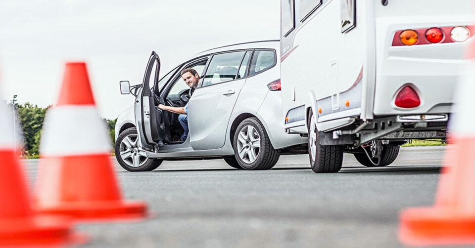 Mit dem Wohnwagen nicht ins Schlingern kommen: ADAC empfiehlt Fahrsicherheitstraining