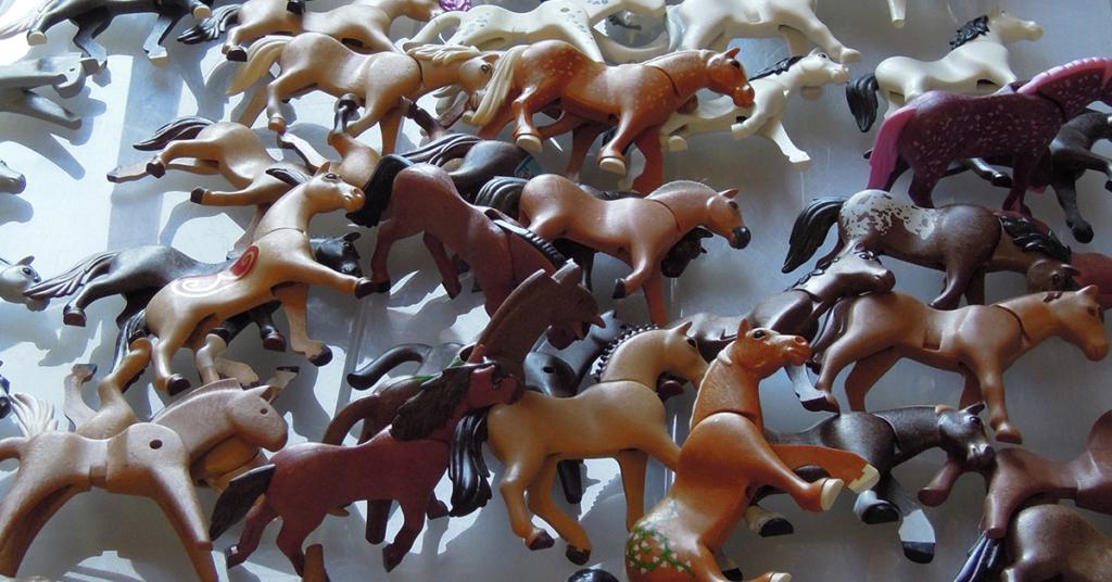 Hier geht jedem Playmobil-Sammler das Herz auf. Pferde in allen Varianten und aus allen Jahrzehnten